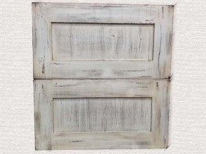 ヴィンテージ品のようなエイジング塗装のキッチン扉