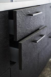 天然石のキッチン扉